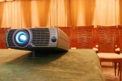 Projector op lijst met erachter stoelen (horizontaal) stock foto