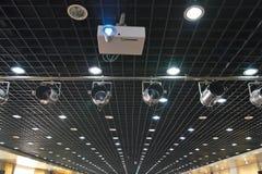 Projector, schijnwerpers en plafond Stock Afbeelding