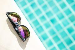 Projektów okulary przeciwsłoneczni na pływackiego basenu krawędzi Zdjęcie Royalty Free
