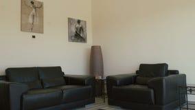 Projekt żywy pokój z dwa obrazkami na ścianie i kanapami zdjęcie wideo