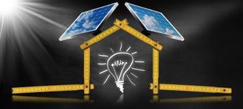 Projekt des ökologischen Hauses mit Sonnenkollektoren Lizenzfreie Stockfotos