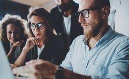 Projekt drużyna pracuje wpólnie przy pokojem konferencyjnym przy biurem Brainstorming proces pojęcie horyzontalny zamazujący tło Zdjęcia Stock
