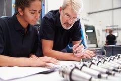 Projekt för maskineri för teknikerAnd Apprentice Planning CNC Royaltyfria Foton