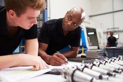 Projekt för maskineri för teknikerAnd Apprentice Planning CNC Royaltyfri Bild