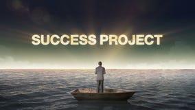 PROJEKT för resningtypoFRAMGÅNG, framdel av affärsmannen på ett skepp, i havet, hav lager videofilmer
