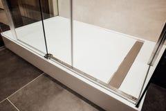 Projekt szklane ściany, ślizgowego szkła drzwi i niscy metali związki w prysznic kabinie, zdjęcie stock