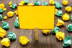 Projekta biznesowego pojęcia szablonu kopii przestrzeni Pusty tekst dla reklamy strony internetowej Clothespin mienia żółtego nut fotografia stock