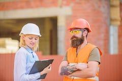 Projekta budowlanego sprawdzać Budowy bezpieczeństwa inspekcja Dyskutuje postępu projekt Zbawczy inspektorski pojęcie zdjęcia royalty free