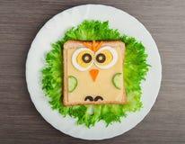 Projekta jedzenie. Kreatywnie kanapka dla dziecka z obrazka małym ow Zdjęcia Stock