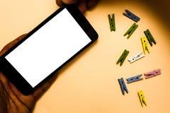Projekta pojęcia kopii biznesowej Pustej przestrzeni tła ręki mienia nowożytny abstrakcjonistyczny iPhone z listami dalej i paper zdjęcie royalty free