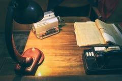 Projekta pracuj?cy biuro: antyka st?? i analogowy telefon, lampa na stole obrazy stock