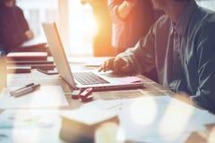 Projekta spotkanie Marketingowa drużyna dyskutuje nowego pracującego plan Laptop i papierkowa robota w otwartej przestrzeni biurz zdjęcia stock