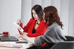 Projekta tworzenia proces Dwa dziewczyna projektanta pracuj? z laptopem i dokumentacj? przy projekta obsiadaniem przy zdjęcia stock
