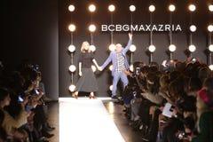 Projektanci Lubov Azria i Max Azria witają widowni jest ubranym BCBGMAXAZRIA spadek 2016 od pasa startowego Fotografia Royalty Free
