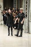 Projektanci mody Filip Arickx i chodzą pas startowego podczas AF Vandevorst przedstawienia Zdjęcia Stock