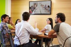 Projektanci Siedzi Wokoło stołu W Spotykać Patrzeje ekran zdjęcie royalty free