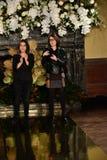 Projektanci Yolanda i Cristina witają widowni póżniej przy YolanCris spadku 2017 Bridal inkasowym przedstawieniem zdjęcia royalty free