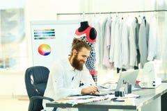 projektantów mody rysunki moda w kreatywnie studiu obrazy stock