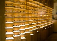 Projektantów szkieł tło Nowożytni oczu szkła na pokazie obrazy stock