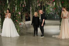 Projektant Galia Lahav L i projektant Sharon SeverR chodzimy pas startowego dla Galia Lahav przedstawienia Bridal spadku, zimy 20 Obrazy Stock