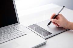 Projektant grafik komputerowych pracuje na cyfrowej pastylce zdjęcie stock