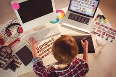 Projektant grafik komputerowych pracuje przy biurkiem fotografia royalty free