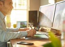 Projektant Grafik Komputerowych pracuje z cyfrową Rysunkową pastylką i piórem Obrazy Stock