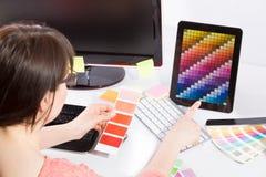 Projektant grafik komputerowych przy pracą charakterystyczny kolor druku prasy przemysłu obrazu pre próbki Obrazy Stock