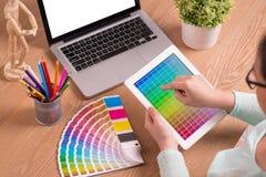 Projektant grafik komputerowych przy pracą charakterystyczny kolor druku prasy przemysłu obrazu pre próbki Obraz Royalty Free