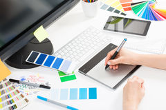 Projektant grafik komputerowych przy pracą charakterystyczny kolor druku prasy przemysłu obrazu pre próbki Obraz Stock