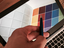 Projektant grafik komputerowych przy pracą charakterystyczny kolor druku prasy przemysłu obrazu pre próbki Fotografia Stock