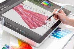Projektant grafik komputerowych przy pracą charakterystyczny kolor druku prasy przemysłu obrazu pre próbki zdjęcie stock