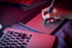 Projektant grafik komputerowych używać cyfrowy i komputerowy obrazy stock