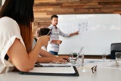 Projektant grafik komputerowych używa cyfrową grafiki pastylkę, desktop i Obrazy Stock