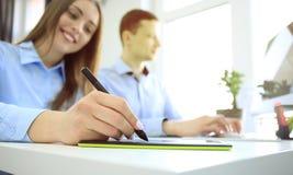 Projektant grafik komputerowych używa cyfrową pastylkę i komputer w biurze obraz stock
