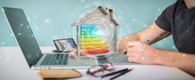 Projektant grafik komputerowych używa 3D renderingu oceny energetyczną mapę w zalecającym się Zdjęcie Stock