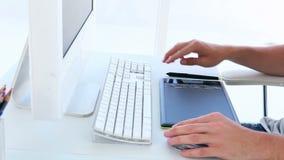 Projektant grafik komputerowych używa digitizer przy jego biurkiem zbiory