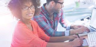 Projektant grafik komputerowych używa grafiki pastylkę w jej biurze Obraz Stock