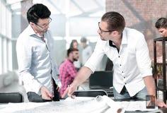 Projektant i architekt dyskutuje pomysły dla nowego projekta obrazy stock