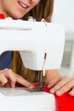 Projektant mody lub krawczyna pracuje w studiu Zdjęcie Royalty Free