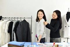 Projektant mody mierzy klienta ciała rozmiar z pomiarową taśmą, krawcowa krawczyny projekt dostosowywający wzór zdjęcia royalty free