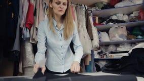 Projektant mody pracuje z wzorem zbiory wideo