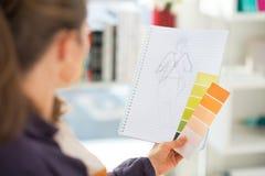 Projektant mody robi nakreśleniom odosobniony tylni widok biel Obraz Stock
