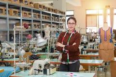 Projektant pozycja w mody odzieży studiu Fotografia Royalty Free