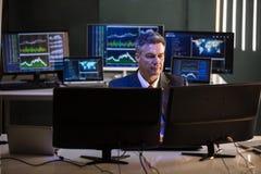 Projektant Pracuje Na Wielosk?adnikowych ekranach komputerowych obrazy stock
