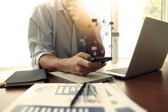 Projektant ręki działanie, mądrze laptop i telefon i Zdjęcie Stock