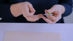 Projektant robi handmade broszce zdjęcie wideo