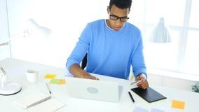 Projektant ruchliwie w online zakupy, projektant płaci kredytową kartą Fotografia Royalty Free