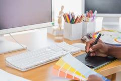 Projektant używa grafiki pastylkę Obrazy Royalty Free
