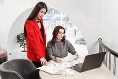 Projektant wnętrz dwa pięknej dziewczyny pracują na nowym projekcie w eleganckim biurze obraz stock